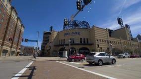 Toma panorámica amplia diurna que establece el parque del tiro PNC en Pittsburgh almacen de metraje de vídeo