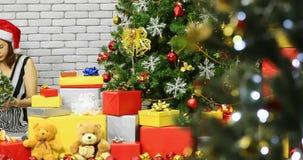 Toma panorámica del árbol de navidad adornado mujer asiática metrajes