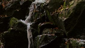 Toma panorámica del detalle de la cascada almacen de metraje de vídeo