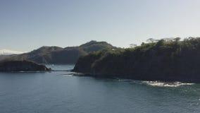 Toma panorámica del tiro del abejón a través de Playa Ocotal en Costa Rica metrajes