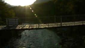 Toma panorámica en puente colgante almacen de video