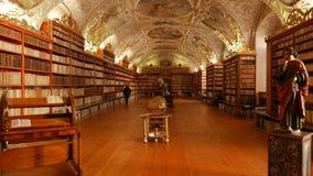 Toma panorámica granangular tirada de la biblioteca principal en el monasterio de Strahov en Praga almacen de video