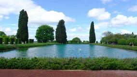 Toma panor?mica horizontal de la piscina de Adriana 4k Pecile del chalet de Tivoli en la charca extensa almacen de metraje de vídeo