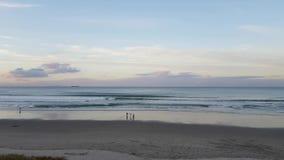 Toma panorámica lisa de la playa de Nueva Zelanda en Tauranga almacen de metraje de vídeo
