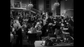 Toma panorámica tirada de gente en el restaurante metrajes