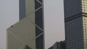 Toma panorámica tirada de los edificios de Hong Kong almacen de metraje de vídeo