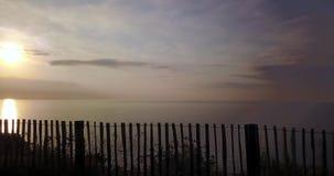 Toma panorámica tirada de puesta del sol hermosa sobre la playa almacen de video
