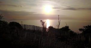 Toma panorámica tirada de puesta del sol hermosa sobre la playa metrajes