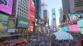 Toma panorámica tirada de Times Square en Nueva York almacen de metraje de vídeo