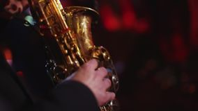 Toma panorámica tirada del músico que toca el saxofón existencias Músico de sexo masculino que juega el primer del saxofón, vista almacen de video