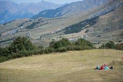 Toma parte num piquenique nos prados, em um dia ensolarado do verão, Delfinato, franco Foto de Stock