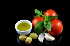 Tomaat, basilicum, knoflook, olijven 1 Stock Afbeeldingen