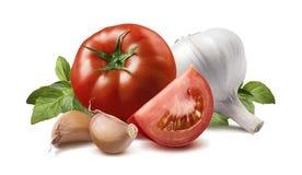 Tomaat, basilicumbladeren, knoflookbol en kruidnagels Stock Afbeeldingen