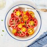 Tomaat en Basil Salad stock afbeeldingen