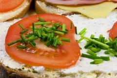 Tomaat en bieslook op sandwich Royalty-vrije Stock Foto