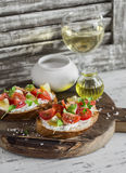 Tomaat en kaasbruschetta en glazen witte wijn Stock Fotografie