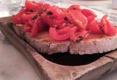 Tomaat en knoflook op brood Royalty-vrije Stock Afbeeldingen