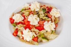 Tomaat en koolsalade met de de gemarineerde kaas en toost van feta royalty-vrije stock afbeeldingen