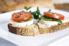 Tomaat en mozarella op brood Stock Foto's