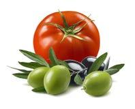 Tomaat en olijven op witte achtergrond wordt geïsoleerd die royalty-vrije stock afbeeldingen