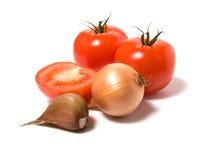 Tomaat en ui die op witte achtergrond wordt geïsoleerdd Royalty-vrije Stock Afbeeldingen
