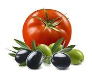 Tomaat met zwarte en groene die olijven op witte achtergrond worden geïsoleerd stock fotografie