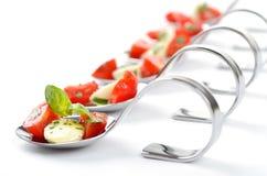 Tomaat-mozarella op lepel Stock Foto's
