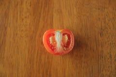 Tomaat op houten lijstachtergrond stock afbeelding