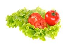 Tomaat op saladeblad royalty-vrije stock afbeelding