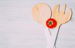 Tomaat op witte houten achtergrond stock foto's