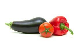 Tomaat, paprika's en aubergine op witte achtergrond wordt geïsoleerd die royalty-vrije stock afbeelding
