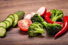 Tomaat, radijs, komkommer en broccoli, Spaanse peper op een houten oppervlakte regeling van gesneden groenten Royalty-vrije Stock Foto