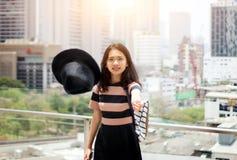 Tomada da menina de sua luz solar de combate do chapéu Fotografia de Stock