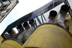 A tomada da tubulação de exaustão canaliza a ventilação para fora de uma construção imagens de stock royalty free
