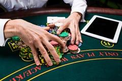 Tomada das microplaquetas de pôquer da mão Foto de Stock