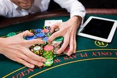 Tomada das microplaquetas de pôquer da mão Fotos de Stock