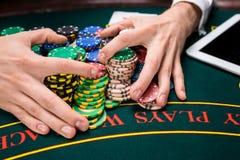 Tomada das microplaquetas de pôquer da mão Fotografia de Stock Royalty Free