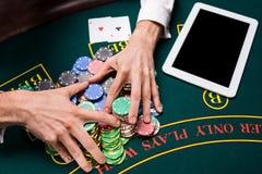 Tomada das microplaquetas de pôquer da mão Imagem de Stock Royalty Free