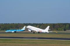 Tomada de Easyjet Airbus A320 em Berlin Tegel quando KLM Boeing 737-800 taxiing Fotografia de Stock Royalty Free