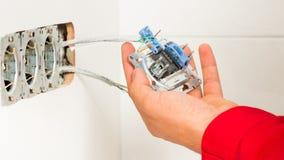Tomada de Mounting Electrical Wall do eletricista Fotos de Stock