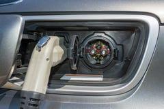 Tomada elétrica conectada a um veículo para a bateria que recarrega da estação foto de stock royalty free