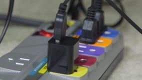 Tomada elétrica e cabos distribuidores de corrente video estoque