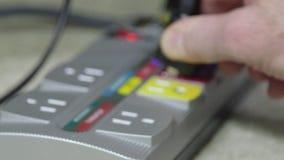 Tomada elétrica e cabos distribuidores de corrente vídeos de arquivo