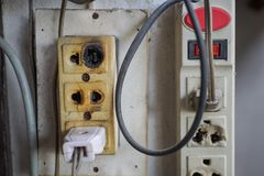 Tomada elétrica queimada e danificada imagens de stock