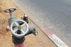 Tomada metálica vermelha velha da boca de incêndio de fogo Imagens de Stock