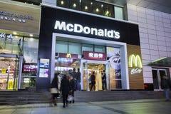 Tomada na noite, Dalian de McDonald, China Imagem de Stock