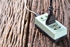Tomada preta do pino e soquete verde da tomada para o uso da eletricidade em hous Imagens de Stock