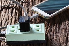 Tomada preta do pino e telefone esperto verde do soquete e do carregamento da tomada sobre Fotos de Stock