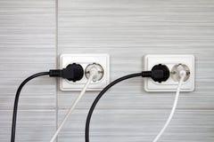 Tomadas elétricas com os cabos obstruídos Imagens de Stock