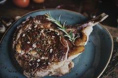 Tomahawk на плите с гарнируйте идею рецепта фотографии еды стоковые фотографии rf